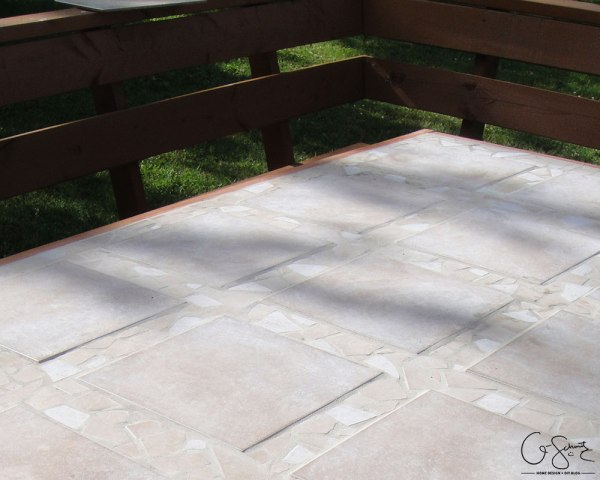 Build your own tiled patio table top with beautiful mosaic tile edges by Q-Schmitz featured on @Remodelaholic