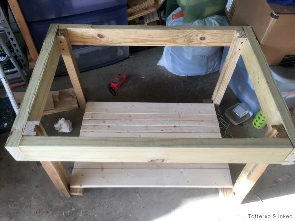 Build your own water and sand table from 2x4s and an old kitchen sink by Tattered and Inked featured on @Remodelaholic