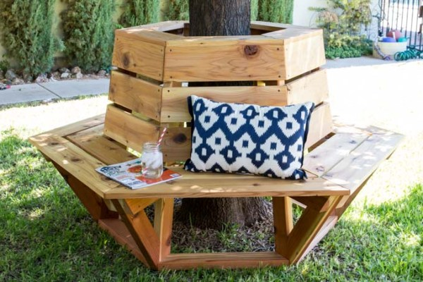 build this hexagon bench with a round cooler in the middle for drinks instead, by Addicted 2 DIY