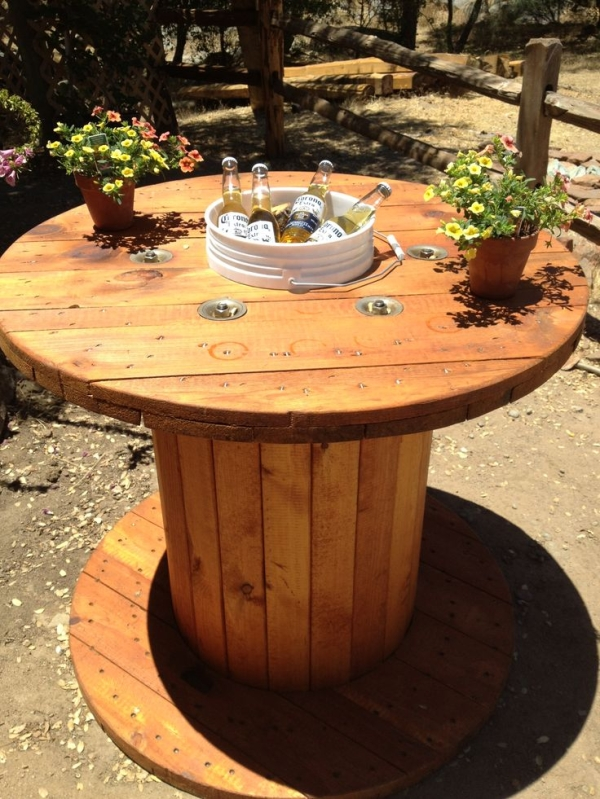 wood spool table with bucket in the center for drink cooler, original source unknown, via @Remodelaholic