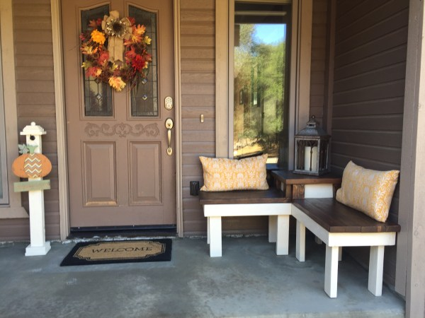 front porch DIY corner bench, Pinspiration Mommy featured on @Remodelaholic