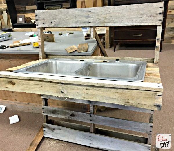 how-to-build-a-patio-cooler-table-using-pallets-and-an-old-double-sink-diva-of-diy-featured-on-remodelaholic