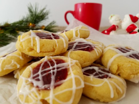 A fun, festive, fruity Christmas cookie recipe. Raspberry Almond Shortbread Cookies Recipe via Remodelaholic.com