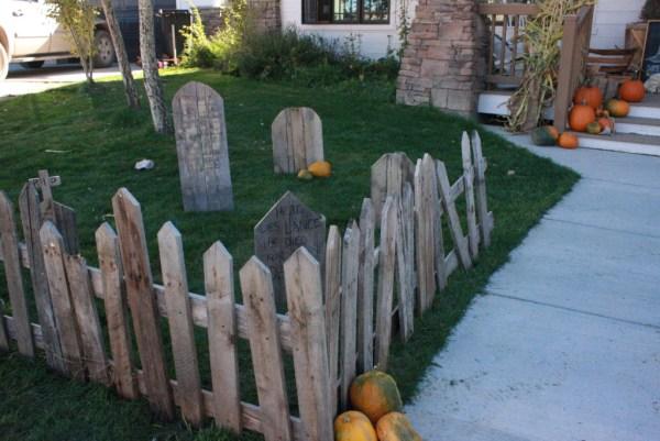 pallet-graveyard-decor-for-halloween