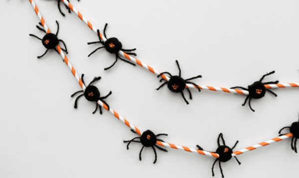 Halloween Spider Garland Made Of Straws OHMY CREATIVE.COM