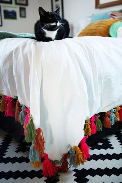 DIY+yarn+tassel+duvet+blanket+ +www.freckleandfair.com