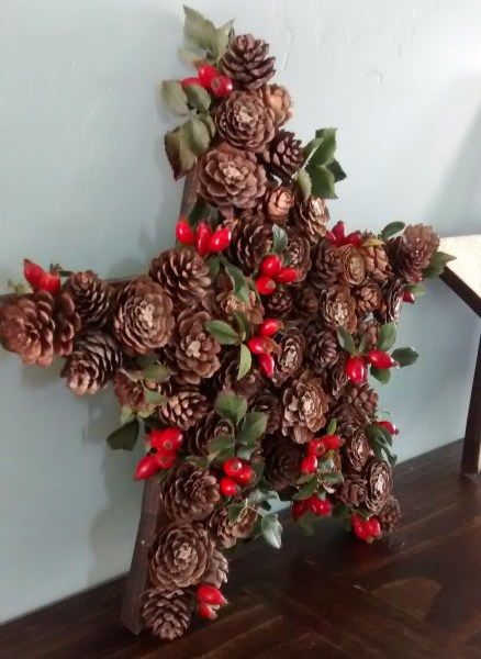 Holly Berry and Pine Cone Star for Christmas and Winter Decor How to build 3 wooden Christmas stars from just ONE board, for about $12. These decorative wood stars are great for decorating for the Fourth of July and year round, too! | One board project | Christmas stars | Easy DIY building projects
