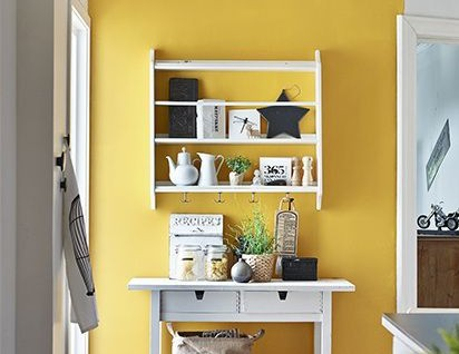 Yellow kitchen accent wall via sadecor | Yellow Kitchen Decorating Inspiration #Remodelaholic