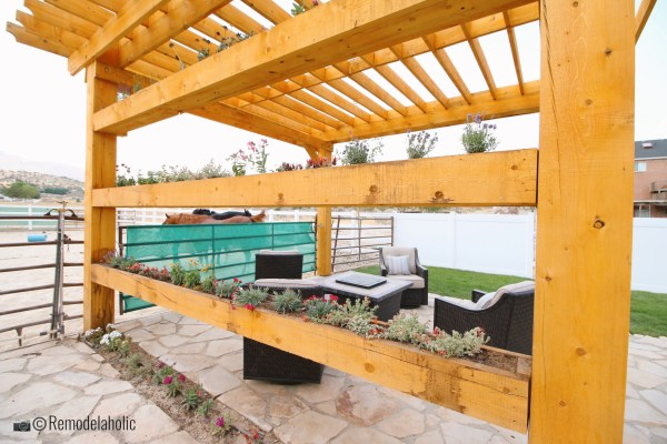 Pergola avec bacs à fleurs et coin salon, SLPH 2018 Home 17 Green Haven Homes, photo de Remodelaholic