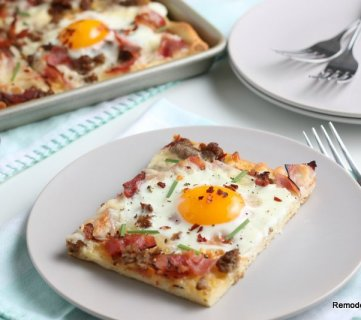 Easy Homemade Breakfast Pizza Recipe With Eggs #remodelaholic (1)