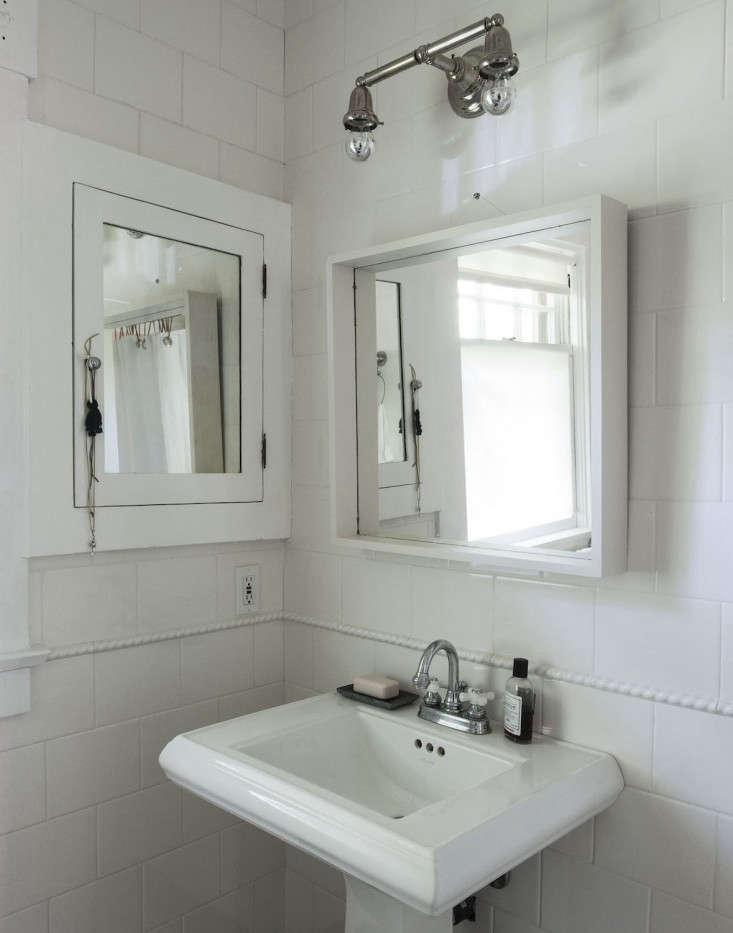 sarah-lonsdale-rental-house-bathroom-design-white-mirror-Remodelista