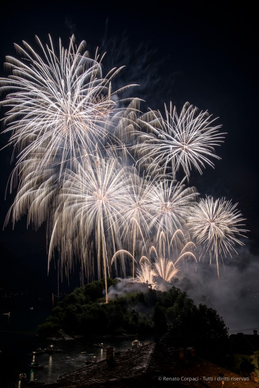 Fireworks. Isola Comacina. Ossuccio Lario, 27 luglio 2015. Nikon D810, 62.0mm (24.0-120 mm ƒ/2.8) 3.0sec ƒ/11 ISO 100