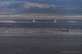 On the distance, the bridge over the Jökulsá á Fjöllum, uno dei più lunghi fiumi islandesi. Nikon D750, 400 mm (80-400.0 mm ƒ/4.5-5.6) 1/640 sec ƒ/5.6 ISO 100