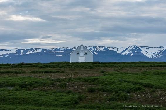 A house on road 85 to Husavik. Nikon D750, 105 mm (80-400.0 mm ƒ/4.5-5.6) 1/800 sec ƒ/5.6 ISO 1250
