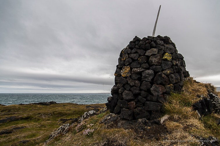 A pile of stones near Öndverðarnes, at the westernmost tip of Snæfellsnes. Nikon D810, 24 mm (24-120.0 mm ƒ/4) 1/320 sec ƒ/4 ISO 64