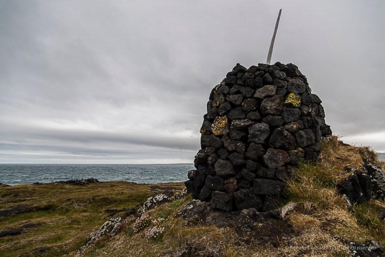A pile of stones near Öndverðarnes, at the westernmost tip of Snæfellsnes. Nikon D810, 24 mm (24-120.0 mm ƒ/4) 1/320 sec ƒ/4 ISO 64