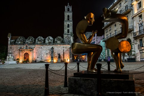 """La Conversacion"", the sculpture donated by Vittorio Perrota, facing the Basilica Menor de San Francisco de Asis. Nikon D810, 30 mm (24-120.0 ƒ/4) 0,5"" ƒ/9 ISO 400."