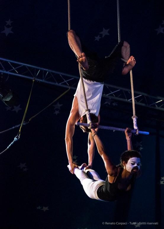 """Milano. Piccola scuola di circo. «Hypnos» - Spettacolo dei ragazzi delle scuole superiori. Nikon D750 80 mm (80-400.0 mm ƒ/4.5-5.6) 1/250"""" ƒ/5.6 ISO 6400"""