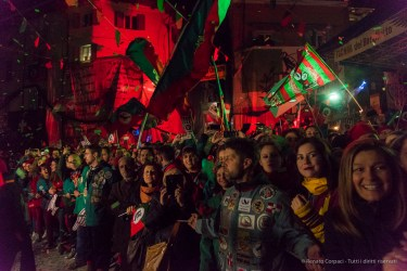 """The acclaiming crowd of the Borghetto. Nikon D810, 24 mm (24-120 mm ƒ/4) 1/125"""" ƒ/4 ISO 6400"""