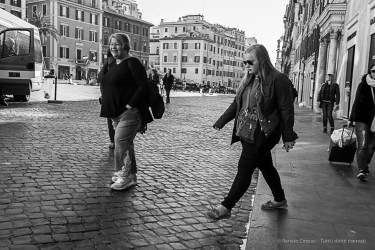 Turists crossing Via del Babuino near Piazza di Spagna. Nikon D810, 35 mm (35.0 mm ƒ/2) 1/160 ƒ/8 ISO 140
