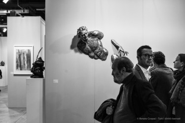People at the opening of Grand Art art show in Milano, November 2017. Nikon D810, 35 mm (35.0 mm ƒ/2) 1/160 ƒ/5.5 ISO 560