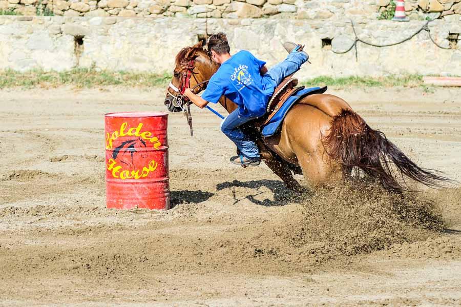 Foto di equitazione nella disciplina di Barrel Racing