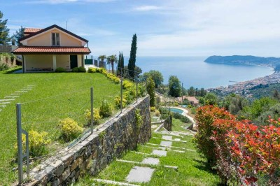 Foto di una villa con vista sul golfo di Alassio