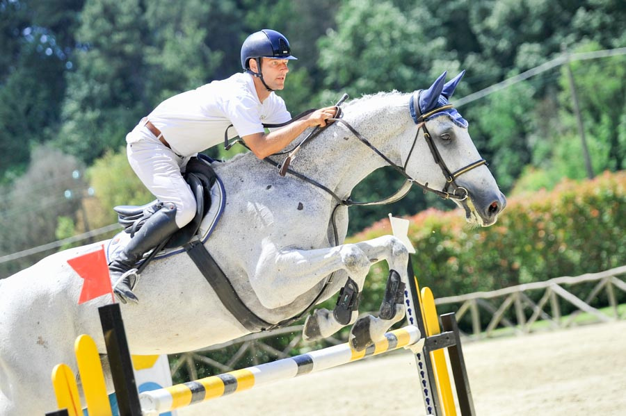 Foto di equitazione nel salto ad ostacoli