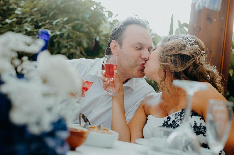 bacio degli sposi al ristorante