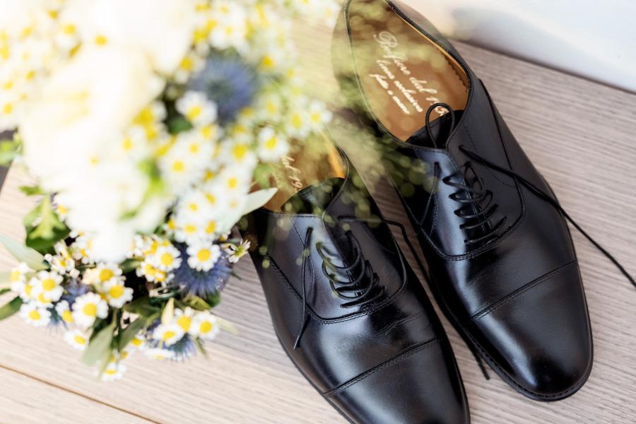 Dettaglio sulle scarpe dello sposo