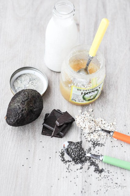 Ingredients to make the smoothie: Avocado, Milk, Chia Seeds and Chocolate
