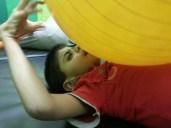 De doofblinde Mohammed voelt de trillingen in de bal.