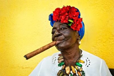 cuba-havana-colorful-woman-with-cigar-0004
