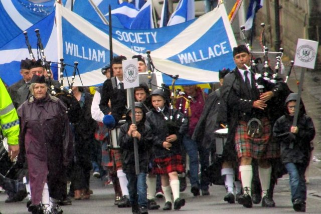 Wallace parade matching up the Thorn Brae