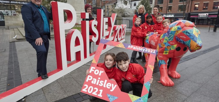 Giant lion greets Hull pupils as Paisley UK City of Culture 2021 team arrive in city