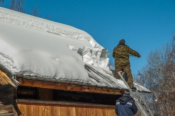 Que faut-il savoir avant de déneiger le toit?