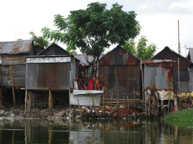 Informal settlements like Karail next to Banani Lake in Dhaka, Bangladesh, can offer lessons in resource efficiency, waste reduction and material flow management to most cities. Alexei Trundle