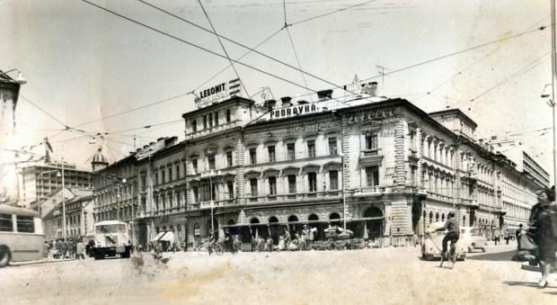 1950s - Kavarna Evropa, v ozadju gradijo Hotel Lev