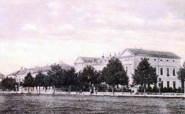 Topniška vojašnica, kjer danes stoji Bežigrajski dvor (med Dunajsko in Peričevo cesto). (verjetno med svetovnima vojnama)
