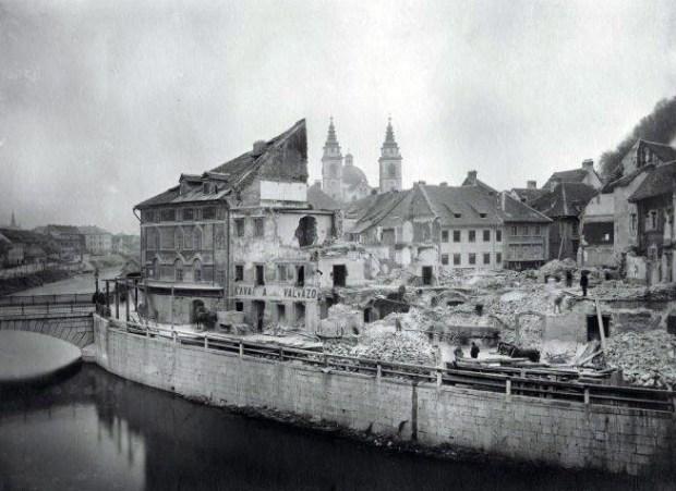 1895 - Cankarjevo nabrežje po potresu. Špitalski most na levi je bil kasneje razširjen, leta 1932 pa ga je nadomestilo Tromostovje