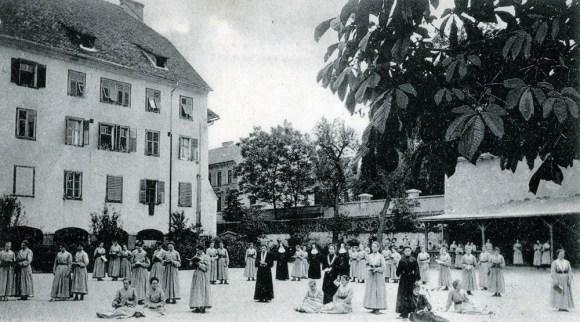 1907 - Uršulinski samostan in redovnice na dvorišču