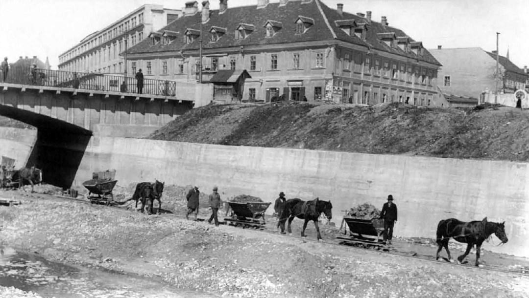 1913 - regulacija Ljubljanice, v ozadju pa Rog