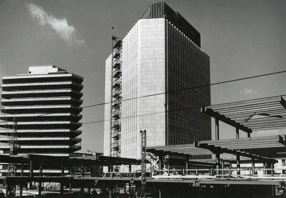 1971 - gradnja objektov na Trgu republike