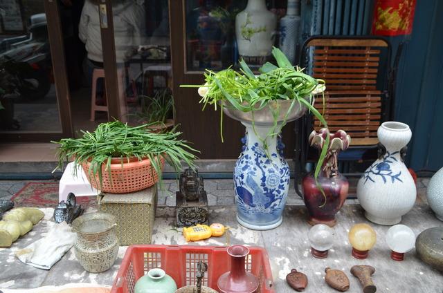 Vieux vases et légumes