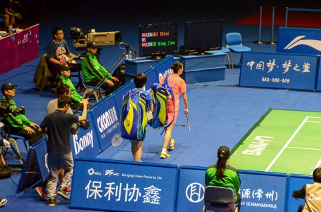 L'arrivée des championnes : He Binjiao (en bleu) et Hui Xirui (en rose) - finale WS