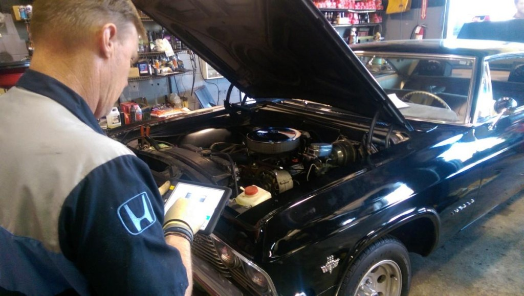 """A Meineke technician prepares an """"e-inspection"""" of a car using a table. (Provided by Meineke)"""