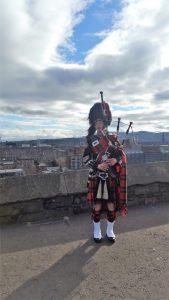 Scottish man with bagpipe outside the Edinburgh Castle. Scotland, Σκωτία