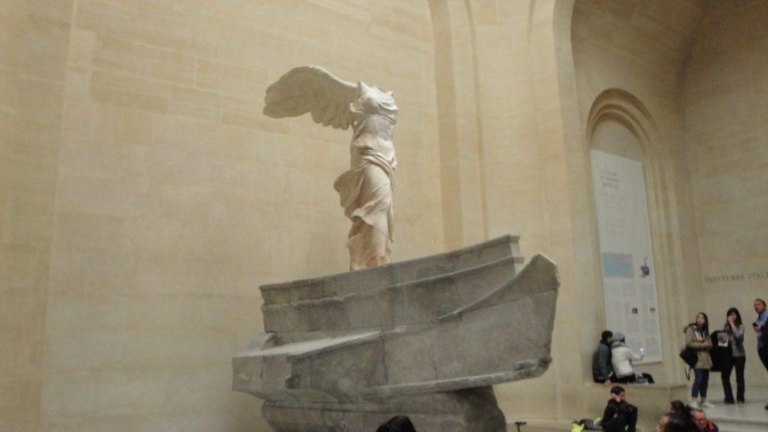 Νίκη της Σαμοθράκης, μαρμάρινο γλυπτό αγνώστου καλλιτέχνη, ελληνιστικής εποχής, και παριστάνει φτερωτή τη θεά Νίκη, Λούβρο Παρίσι