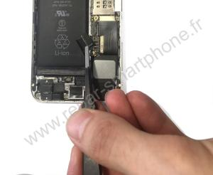 Debranchement du connecteur de batterie iPhone 2