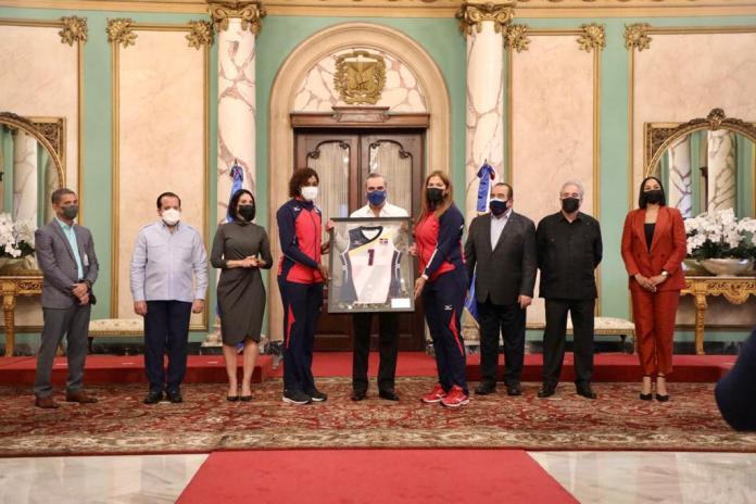 El presidente Luis Abinader recibe una camiseta de las Reinas del Caribe